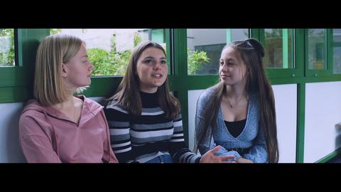 Drei Schülerinnen im Gespräch