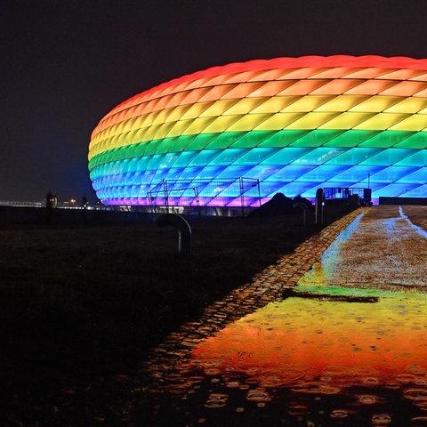 Allianz Arena in München in Regenbogenfarben