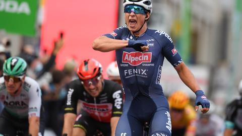 Philipsen jubelt über den Sieg beim Radklassiker.
