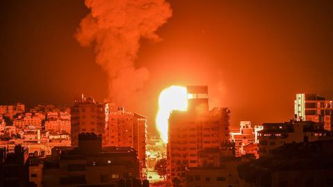Feuer und Rauch über den Gebäuden von Gaza-Stadt (AFP)