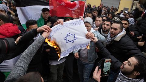 Teilnehmer einer Demonstration verbrennen am 10.12.2017 eine selbstgemalte Fahne mit einem Davidstern in Berlin im Stadtteil Neukölln. (Quelle: Jüdisches Forum für Demokratie und gegen Antisemitismus e.V./dpa) (dpa / JFDA)