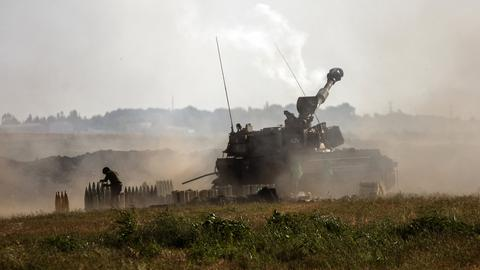 Israelische Panzer feuern in Richtung Gazastreifen. (AP)