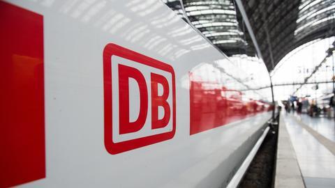 Das Logo der Deutschen Bahn ist auf einem ICE im Hauptbahnhof in Frankfurt am Main zu sehen. (dpa)