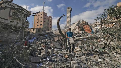 Ein Mann geht in Gaza-Stadt über die Trümmer eines Hauses. (AFP)
