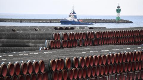 Rohre für den Bau der Erdgaspipeline Nord Stream 2 von Russland nach Deutschland werden im Hafen Mukran auf der Insel Rügen gelagert (Archivbild). (dpa)