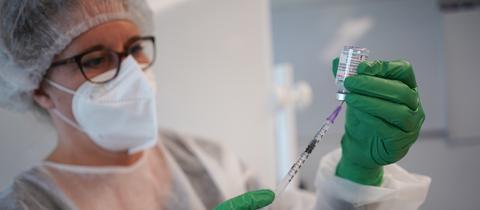 Eine Spritze für eine Impfung mit dem Impfstoff Moderna wird vorbereitet. (dpa)