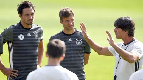 Jogi Löw, Thomas Müller und Mats Hummels im Training 2016 (dpa)