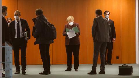 Kanzlerin Merkel vor der Pressekonferenz des Bund-Länder-Treffens. (AFP)