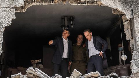 Heiko Maas und Gabi Aschkenasi besichtigen ein beschädigtes Haus, das von einer Rakete aus Gaza getroffen wurde. (dpa)