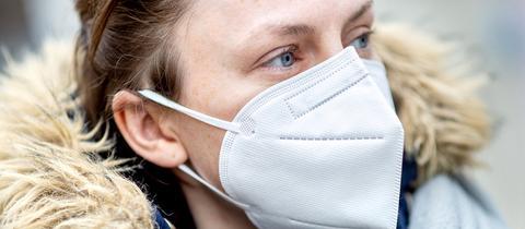 Eine junge Frau traegt eine FFP2-Atemschutzmaske (picture alliance / Hauke-Christi)