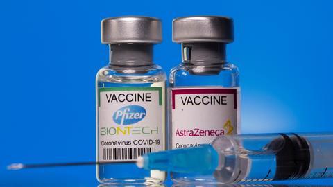 Ampullen mit den Corona-Impfstoffen von BioNTech/Pfizer AstraZeneca. (REUTERS)