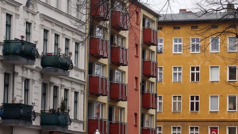 Eine Straße mit Mietwohnungen in Berlin (dpa)