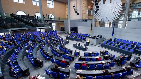Angela Merkel spricht im Bundestag (dpa)