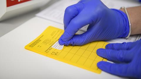 Impfpass mit Eintrag der Corona-Schutzimpfung (dpa)