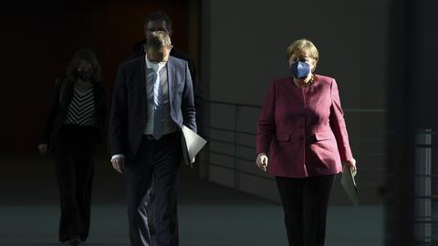 Bundeskanzlerin Angela Merkel (r, CDU) und Berlins Regierender Bürgermeister Michael Müller (SPD) kommen zu einer Pressekonferenz nach einem Impfgipfel von Bund und Ländern.  (dpa)