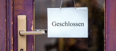 """""""Geschlossen"""" steht auf einem Schild an einer Tür (dpa)"""