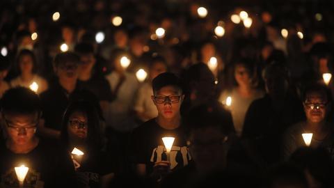 Hongkonger mit Kerzen für die Opfer des Tiananmen-Massakers (dpa)