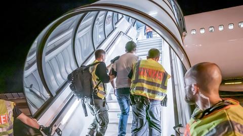 Ein Mann wird auf dem Flughafen Leipzig-Halle zu einem Abschiebeflug nach Afghanistan gebracht.  (Foto aus dem Juli 2019) (dpa)