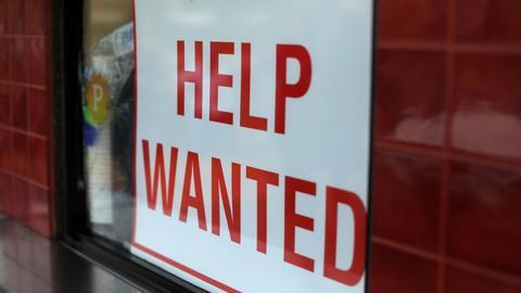"""Schild mit der Aufschrift """"Help Wanted"""" (REUTERS)"""
