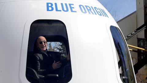 Amazon-Gründer Jeff Bezos sitzt begeistert in der Weltraumkapsel von Blue Origin. (REUTERS)