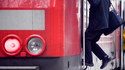 Ein Lokführer steigt aus einer Lokomotive der Deutschen Bahn. (dpa)