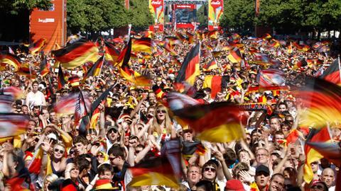 Fanmeile in Berlin mit jubelnden Fußballanhängern (REUTERS)