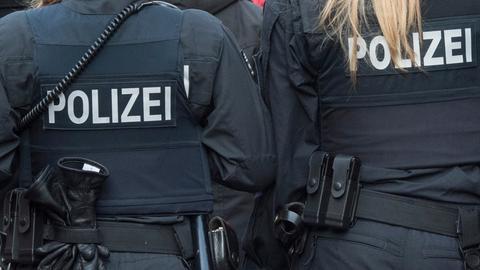 Rücken von Polizist und Polizistin  (picture alliance/dpa)