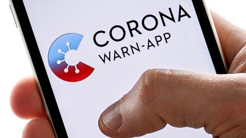 """Auf einen Handydisplay ist der Schriftzug """"Corona-App"""" zu sehen (SASCHA STEINBACH/EPA-EFE/Shutter)"""