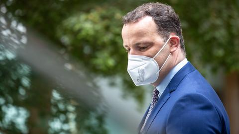 Gesundheitsminister Jens Spahn mit einer Corona-Schutzmaske. (EPA)