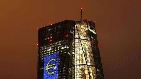 Angestrahltes Euro-Symbol auf dem Gebäude der Europäischen Zentralbank (REUTERS)