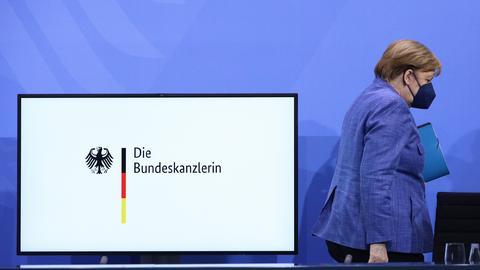 Kanzlerin Merkel nach dem Treffen der Ministerpräsidenten (EPA)