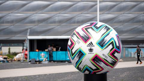 """Ein überdimensionaler offizieller Spielball """"Uniforia"""" von der EURO 2020 ist vor der Münchner Arena aufgestellt ()"""