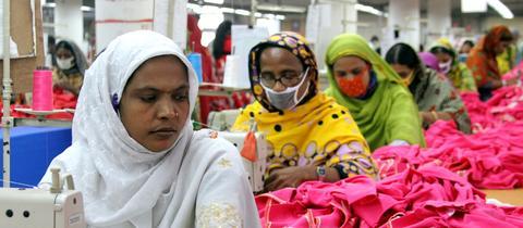 Arbeiterinnen in Bangladesh nähen Kleidung für europäische Textilunternehmen. (dpa)