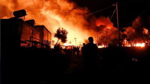 Das Flüchtlingslager Moria in Flammen ()