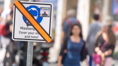 Überklebtes Maskenpflicht-Schild in München (dpa)