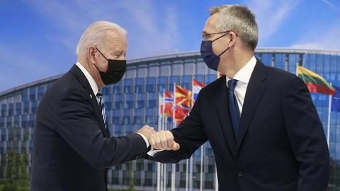 Joe Biden und Jens Stoltenberg (AFP)