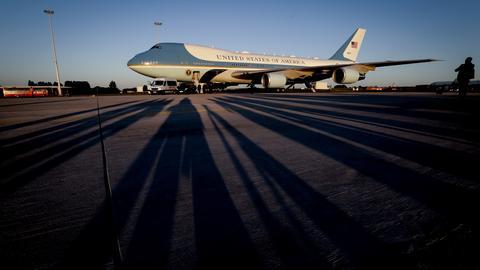 Auf dem Flughafen Brüssel sind vor der Air Force One Schatten von wartenden Journalisten zu sehen (EPA)