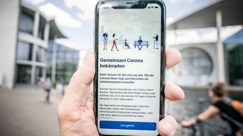 Mobiltelefon mit geöffneter Corona-Warn-App (dpa)