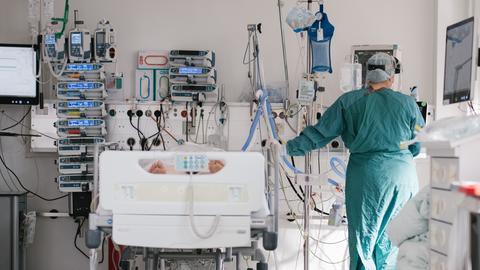 Eine Intensivpflegerin versorgt auf der Intensivstation einen an Covid-19 erkrankten Patienten. (dpa)