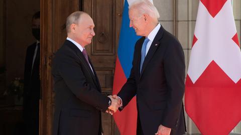 Wladimir Putin und Joe Biden (rechts) begrüßen sich bei ihrem Treffen in Genf im Juni 2021 per Handschlag. (REUTERS)