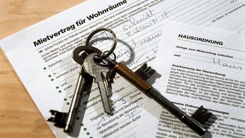 Ein Mietvertrag und Schlüssel zu einer Wohnung liegen auf einem Tisch. (dpa)