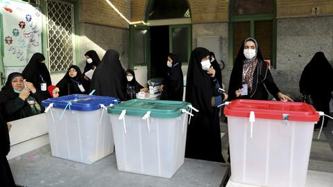 Wahlhelferinnen an den Urnen kurz vor der Wahl in Teheran. (AP)