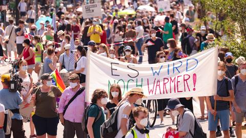 """Bündnis Fridays for Future· - Anhänger demonstrieren unter dem Motto """"Wieder zusammen fürs Klima!· In der Hamburger Innenstadt. (dpa)"""