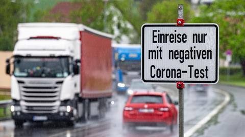 """Schild mit der Aufschrift """"Einreise nur mit negativem Corona-Test"""" an einer Autobahn (dpa)"""