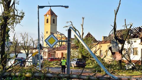 Beschädigte Autos, Häuser und Bäume nach einem seltenen Tornado im Dorf Moravska Nova Ves in Tschechien. (AP)