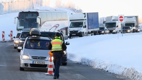 Autos und Lkw aus Tschechien stehen im Rahmen von Grenzkontrollen der Bundespolizei an der deutsch-tschechischen Grenze auf einem Rastplatz an der Autobahn 17 bei Bad Gottleuba in Sachsen hintereinander. (dpa)