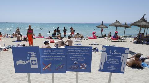 Touristen halten sich am Strand von Arenal in Palma de Mallorca auf. (dpa)