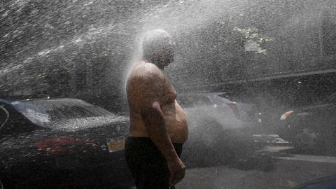In New York öffnete die Feuerwehr zur Abkühlung Hydranten und besprühte Menschen so mit Wasser (Archivbild). (AP)