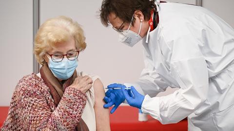 Eine Frau wird in Heuchelheim (Hessen) geimpft (dpa)