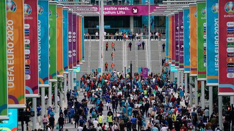 Fans auf dem Weg ins Wembley Stadion in London bei der Fußball EM (dpa)
